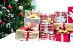 Prezenta pude?ko z choinki t?em dla niespodzianek dzieci w nowego roku lub Xmas partyjnym festiwalu Relaksujący wakacje i przedmi obrazy royalty free