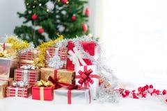 Prezenta pude?ko z choinki t?em dla niespodzianek dzieci w nowego roku lub Xmas partyjnym festiwalu Relaksujący wakacje i przedmi obraz royalty free