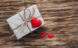Prezenta pudełko z czerwonymi tkanin sercami Fotografia Stock