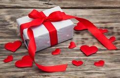 Prezenta pudełko z czerwonymi tkanin sercami Zdjęcia Royalty Free