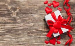Prezenta pudełko z czerwonymi tkanin sercami Zdjęcia Stock