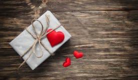 Prezenta pudełko z czerwonymi tkanin sercami Obraz Royalty Free