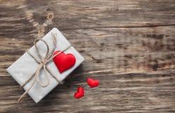 Prezenta pudełko z czerwonymi tkanin sercami Obrazy Stock