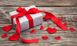 Prezenta pudełko z czerwonymi tkanin sercami Obrazy Royalty Free