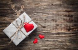Prezenta pudełko z czerwonymi tkanin sercami Fotografia Royalty Free