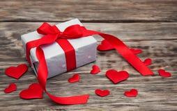 Prezenta pudełko z czerwonymi tkanin sercami Zdjęcie Royalty Free