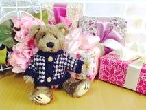 Prezenta pudełko z misia i sztucznego kwiatu bukietem Fotografia Royalty Free