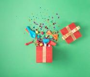 Prezenta pudełko z partyjnymi confetti, balony, streamers, noisemakers Fotografia Royalty Free