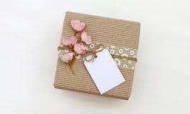 Prezenta pudełko z pustym etykietki mockup, kwiaty Zdjęcia Royalty Free