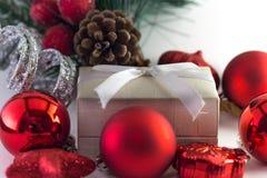 Prezenta pudełko z xmas dekoracjami Zdjęcia Stock