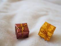 Prezenta pudełko z złocistym faborkiem i łęk na białym tle zdjęcia royalty free