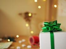 Prezenta pudełko z zielonym faborkiem i łęk dla bożych narodzeń obraz royalty free