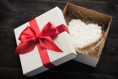 Prezenta pudełko z białym sercem Zdjęcie Royalty Free