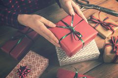 Prezenta sklep - kobiety mienie pakował teraźniejszość w rękach obrazy royalty free
