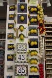 Prezenta sklep, typowy dla miasteczka Limone cytryny Obrazy Stock