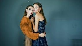Prezentacja kolekcja, modele wraz z jaskrawym makeup zakończeniem pozuje na kamerze na zmroku - błękitny tło zbiory wideo
