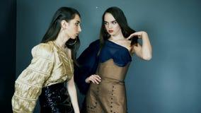 Prezentacja kolekcja, modele z ekspresyjnym i eleganckim makeup w odziewa pozować w studiu na sesja zdjęciowa. zbiory