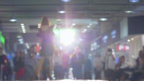 Prezentacja nowa kolekcja odziewa, profesjonalisty modela przesmyki i szpilki w backlight podium w sukni zdjęcie wideo