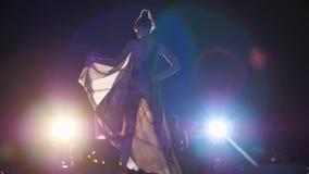 Prezentacja nowa kolekcja odziewa, wzorcowa kobieta w eleganckiej sukni iść puszka wybieg przy moda tygodniem w jaskrawym zbiory wideo