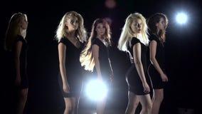Prezentacja nowa kolekcja suknia i macha ich ręki Czarny tło swobodny ruch zdjęcie wideo