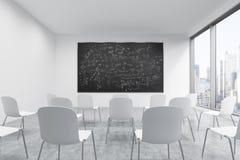 Prezentacja pokój w, sala lekcyjna lub Biali krzesła, czarny chalkboard z matematyk formułami na th ilustracji