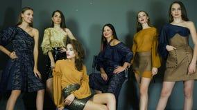 Prezentacja ubraniowa kolekcja, mody sesja zdjęciowa. z piękną kobietą modeluje pozować na tle zmrok ściana zbiory