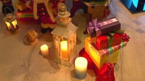 Prezenty i świeczki pod choinką zbiory wideo