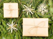 Prezenty pakuje inspirację Naturalny projekt Kraft papier, jutowy sznur, sosna kapuje Obrazy Royalty Free