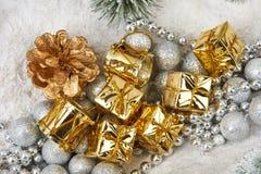 Prezenty w złocie pakuje blisko zabawek drzew Fotografia Stock
