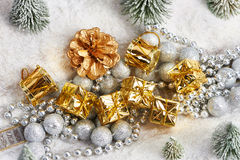 Prezenty w złocie pakuje blisko zabawek drzew Obraz Stock