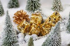 Prezenty w złocie pakuje blisko zabawek drzew Fotografia Royalty Free
