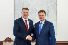 Prezydent Latvia Raimonds Vejonis spotkanie z rozpustą - prezydent Europejska prowizja Valdis Dombrovskis obraz stock