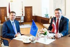 Prezydent Latvia Raimonds Vejonis spotkanie z rozpustą - prezydent Europejska prowizja Valdis Dombrovskis zdjęcie royalty free