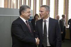 Prezydent Petro Poroshenko i NATO-WSKA sekretarka - generał Jens Stolt Zdjęcie Stock