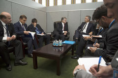 Prezydent Petro Poroshenko i NATO-WSKA sekretarka - generał Jens Stolt Obrazy Stock