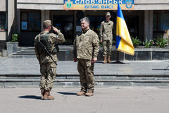 Prezydent Ukraina Petro Poroshenko nagradzał żołnierza Fotografia Royalty Free