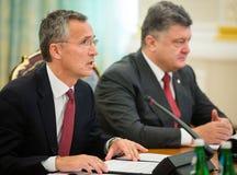 Prezydent Ukraina Poroshenko i NATO-WSKA sekretarka - generał Jens Obraz Royalty Free