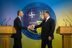 Prezydent Ukraina Poroshenko i NATO-WSKA sekretarka - generał Jens Obrazy Royalty Free