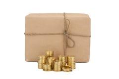 Prezzo di invio dei pacchetti Concetto conia il pacchetto vicino della scatola immagine stock