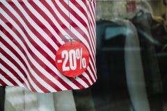 Prezzo di sconto sul vestito rosso Fuori della finestra con la città con riferimento a Fotografie Stock