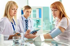 Prüfung des Blutdruckes Lizenzfreie Stockfotos