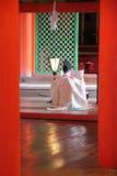 Prière sintoísta del en de Prêtre (d'Itsukushima del sanctuaire - Miyajima - Japon) Imagen de archivo libre de regalías