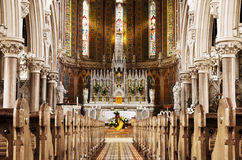 Prière à Dieu devant le bel autel Photos stock