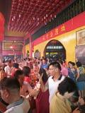 Prière à un temple chinois Photo stock