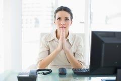 Prière élégante préoccupée de femme d'affaires de brune Photographie stock libre de droits