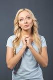 Prière blonde gentille de fille photographie stock libre de droits
