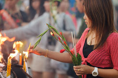 Prière bouddhiste de femme images libres de droits