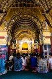 Prière chez le Mahamuni Paya image stock