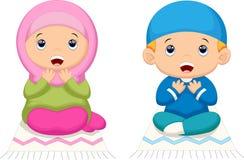 Prière d'enfant de musulmans illustration libre de droits