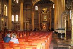 Prière dans l'église images libres de droits